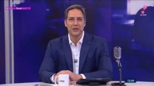 Imagem do apresentador Luís Ernesto Lacombe na bancada do Opinião no Ar da RedeTV!