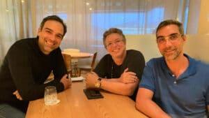 Imagem do apresentador Tadeu Schmidt (à esquerda) ao lado dos diretores Boninho e Rodrigo Dourado