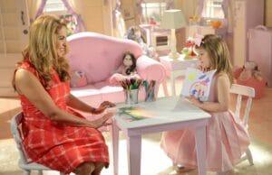 Imagem da atriz Lucero contracenando com Lorena Queiroz em Carinha de Anjo