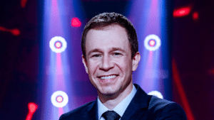 Imagem do apresentador Tiago Leifert no cenário do The Voice Brasil