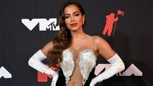 Foto da cantora Anitta no tapete vermelho do VMA