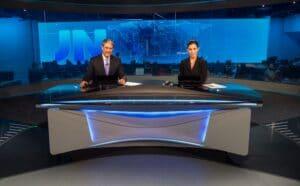 Imagem dos apresentadores William Bonner e Renata Vasconcellos na bancada do Jornal Nacional