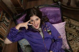 Imagem da atriz Nicole Orsini caracterizada como a feiticeira Berenice na série original Vlog da Berê - A Fantástica Farmácia de Ondion
