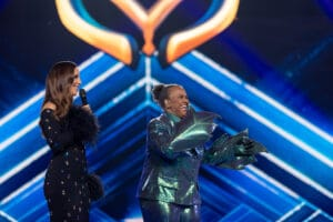 Imagem da cantora Sandra de Sá (à direita) no palco do The Masked Singer, ao lado de Ivete Sangalo