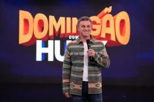 Imagem de Luciano Huck no palco do Domingão da Globo