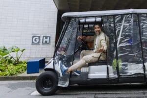 Imagem com Marcos Mion em um dos carrinhos de transporte de pessoas dos Estúdios Globo