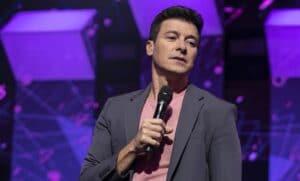 Rodrigo Faro no primeiro episódio de Canta Comigo Teen 2
